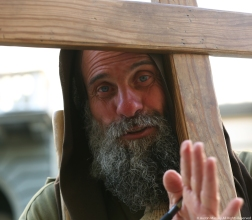 A man stops in Florence on his pilgrimage from Sicily to Milan and back again to honor Jesus.